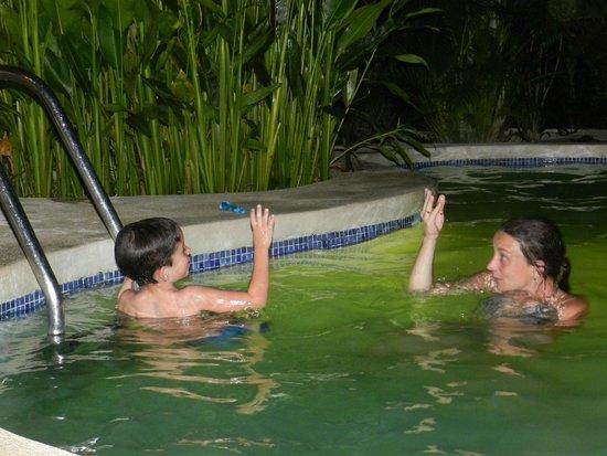 Hotel Raratonga: Pileta a la noche