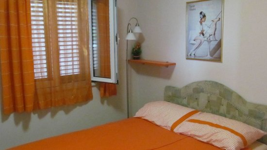 Apartmani Cetkovic: Спальня в оранжнвых апартаментах