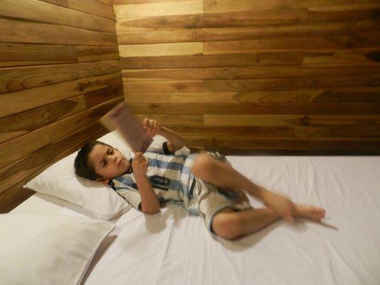 Hotel Raratonga : Mi hijo leyendo en la cómoda habitación