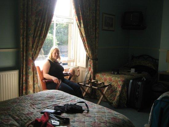 Gate Lodge Guesthouse: Traditional Irish furnishings surround us.