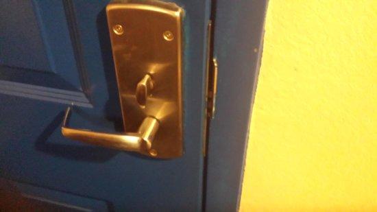 Super 8 Hammond: door won't lock
