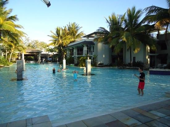 Pullman Port Douglas Sea Temple Resort & Spa: the pool was beautiful day and night