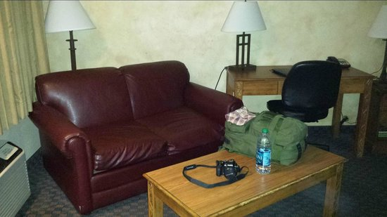 Best Western Casa Grande Inn: Leather loveseat and writing desk