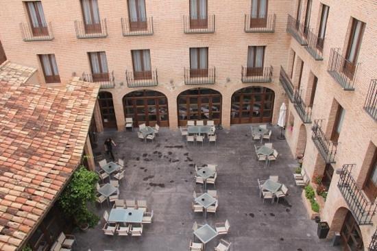Cienbalcones Hotel : patio del hotel