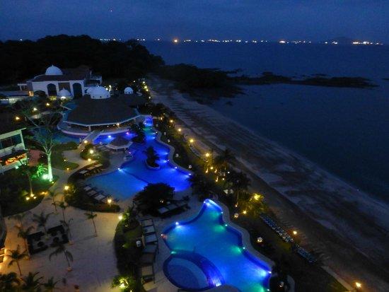 The Westin Playa Bonita Panama: vista nocturna desde el balcón de la habitación: piscinas, playa y barcos hacia el canal de Pana