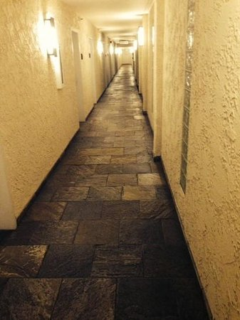Newport Beach Marriott Hotel & Spa: does this look like the hallway of a Newport Beach hotel? add carpet and it's a Holiday Inn.
