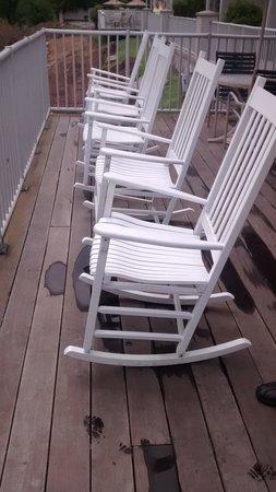 BEST WESTERN PLUS River Escape Inn & Suites: Rockers on the deck!