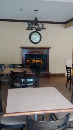 Best Western Plus River Escape Inn & Suites : Breakfast sitting area.