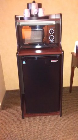 BEST WESTERN PLUS River Escape Inn & Suites: Mini fridge and microwave in Queen suite.