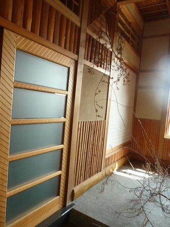 Towada Hotel : 部屋の格子戸は宮大工が競い合って作った