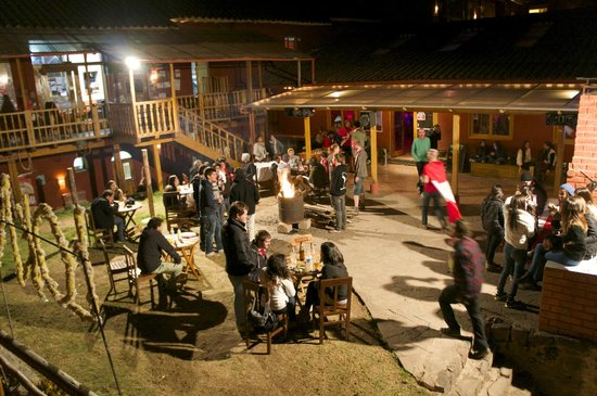 LOKI Cusco: Main courtyard and bar at night