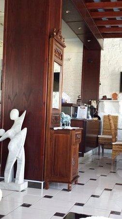 Contaratos Beach Hotel: la reception. cela donne envie?