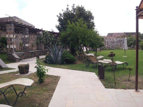 Hotel Maison Tresnuraghes : Maison Tresnuraghes Jardin desayunos
