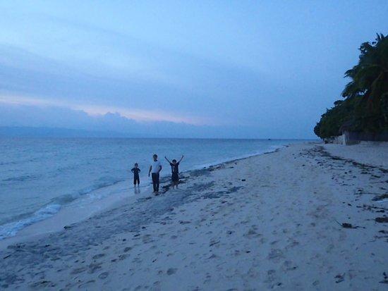 Ravenala Beach Bungalows: Walking towards Club Serena for dinner