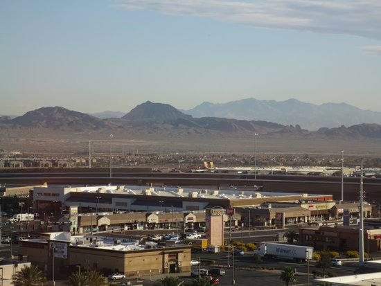 Sunset Station Hotel and Casino: view from our room: mountains and airplanes flying by