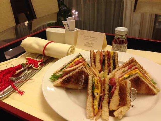 Shangri-La Hotel,Xian: Room service - delicious club sandwich