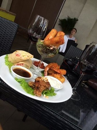 Grand Silverland Hotel & SPA: Snacks by the pool