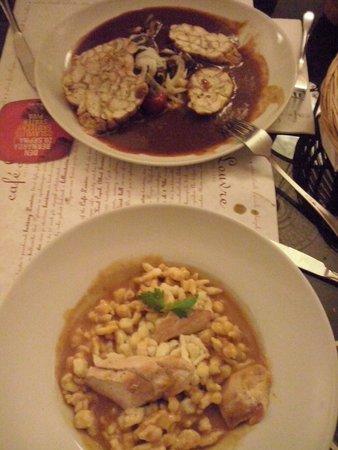 Cafe Louvre: secondi vari a base di carne (goulash  pollo in  pepper suoce con gnocchetyi)s
