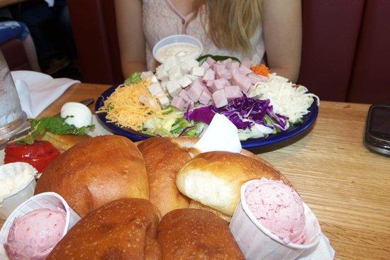 Maddox Ranch House Restaurant: House salad and dessert like rolls