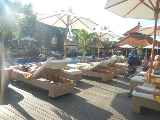 Kuta Beach Club Hotel: chairs at pool