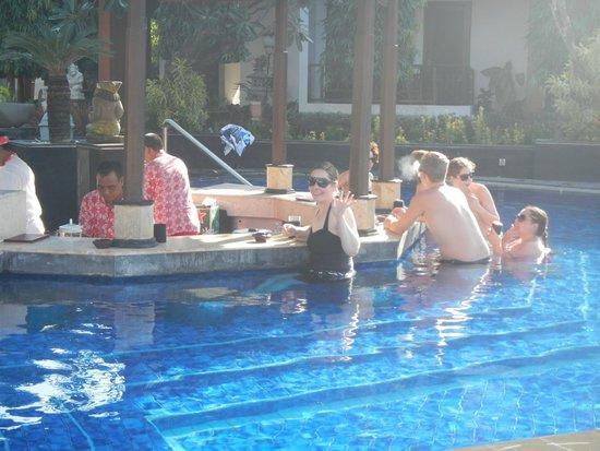 Kuta Beach Club Hotel: pool bar