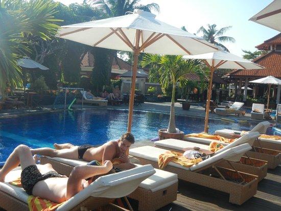 Kuta Beach Club Hotel: pool area