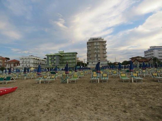 Hotel Ermitage: Der Strand mit Hotel im Hintergrund...