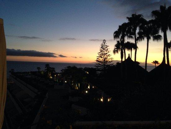 Hotel Jardín Tropical: Puesta de sol desde la cama !!