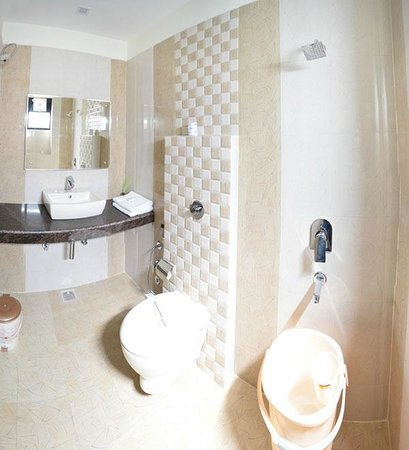 HOTEL AKAAL RESIDENCY: Superior wash room