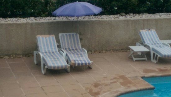 Auberge de la Calanque : Pool couches with ripped mattresses