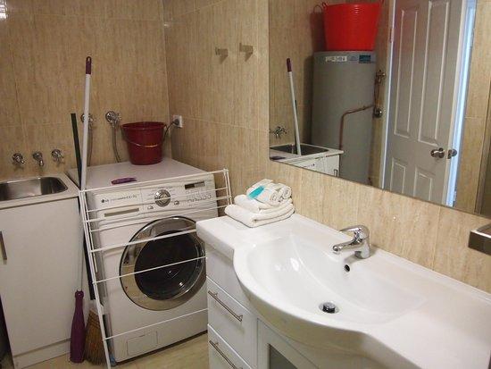 Surfers Plaza Resort: Bathroom / laundry