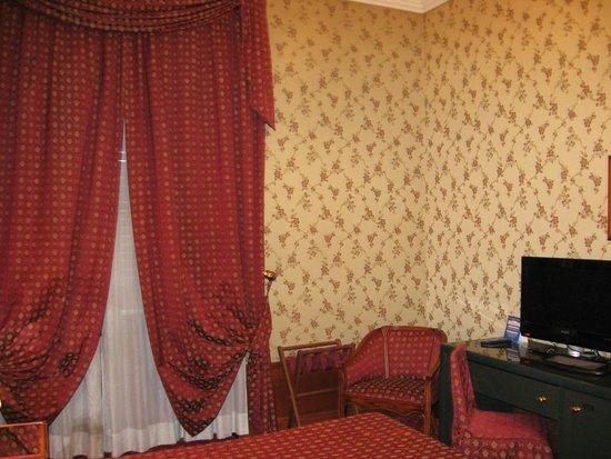 Grand Hotel Ritz : Письменный стол