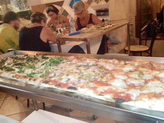 Ristorante Vesuvio : pizza al metro con 4 gusti