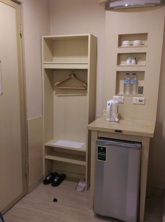 Kindness Hotel - Tainan Minsheng: Fridge and wardrobe