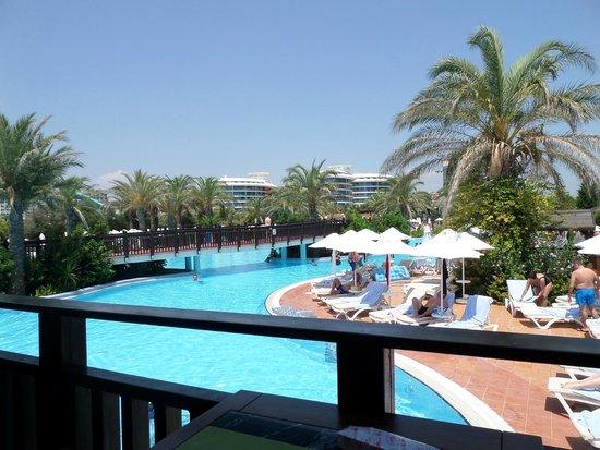Liberty Hotels Lara: uitzicht vanuit de sunsetbar over het zwembad