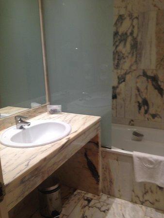 Salles Hotel Ciutat del Prat : cuarto de baño con bañera