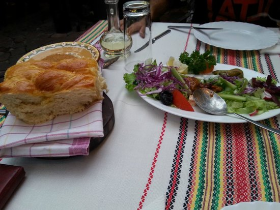 Manastirska Magernitza: insalata e pane (lo servono caldo, scaldato al momento)