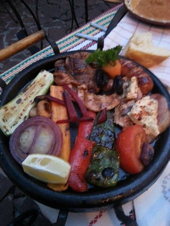 Manastirska Magernitsa Restaurant: grigliata mista di carne, formaggio e verdure