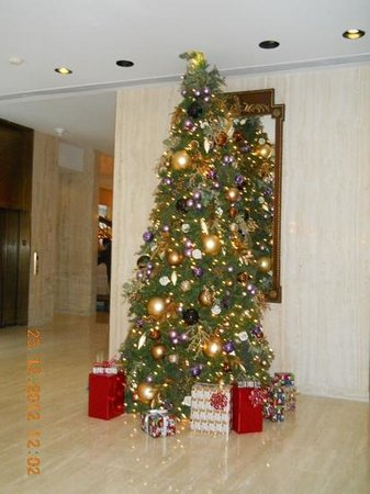 Park Lane Hotel : The Christmas tree in the lobby