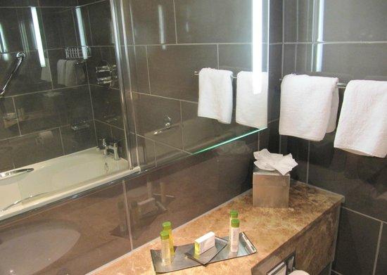 DoubleTree by Hilton Hotel Bristol City Centre: Bathroom