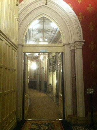 St. Pancras Renaissance Hotel London: Well-ornated hallway