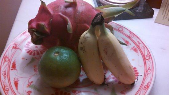 Park Hyatt Saigon : fresh dragon fruit, banana and mandarin in the rooms.