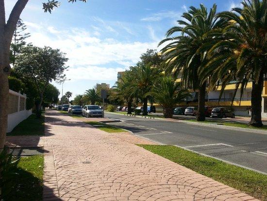 Royal Costa Hotel: Avenue amenant à la plage...