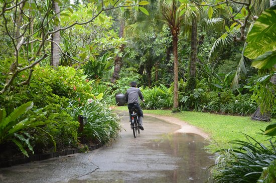 Rayavadee Resort: Staff in the garden