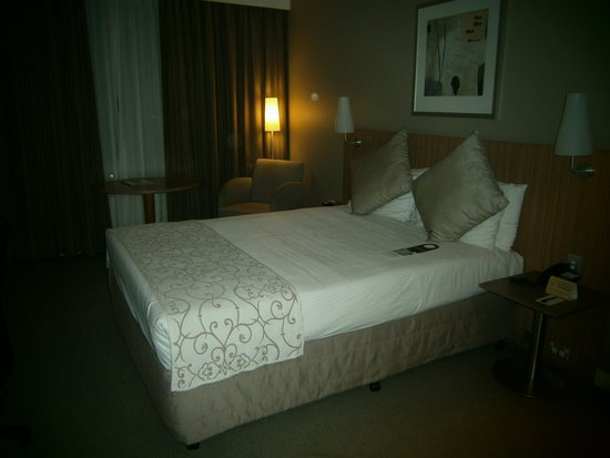 Mercure Sydney Parramatta: the room