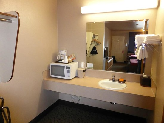 The Pacific Inn Motel: vanity area next to the bathroom