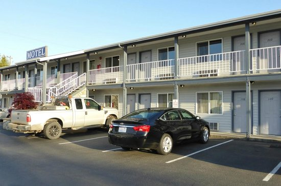 The Pacific Inn Motel: rooms with the cars parked right in front