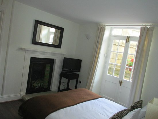 Bath Star Apartments: Bedroom - leads to back courtyard