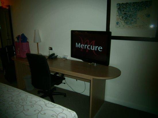 Mercure Sydney Parramatta : TV and business desk