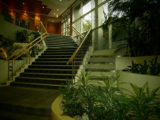 Mercure Sydney Parramatta : Steps to the upstairs lounge, restaurant and meeting rooms